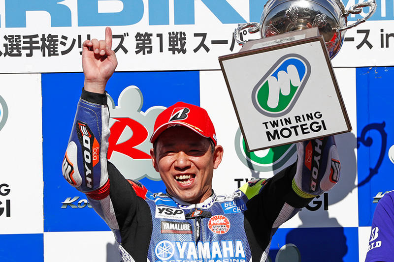 レース1:ライバルとのバトルを制し優勝でシーズンをスタートした#1 中須賀克行