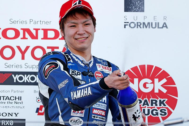 レース1:最終ラップに転倒がありながらも3位表彰台を獲得した#4 野左根航汰