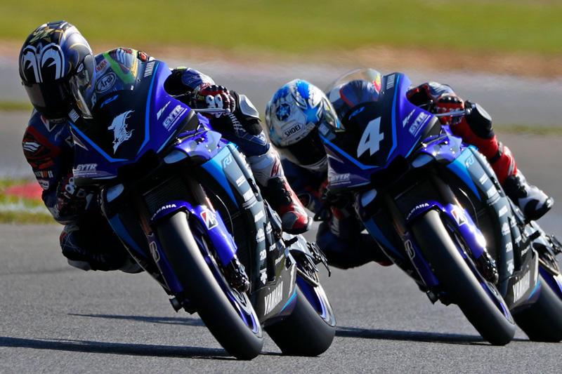 レース1:チームメイトと最終ラップまでバトルを繰り広げ2位を獲得した#1 中須賀克行&YZF-R1