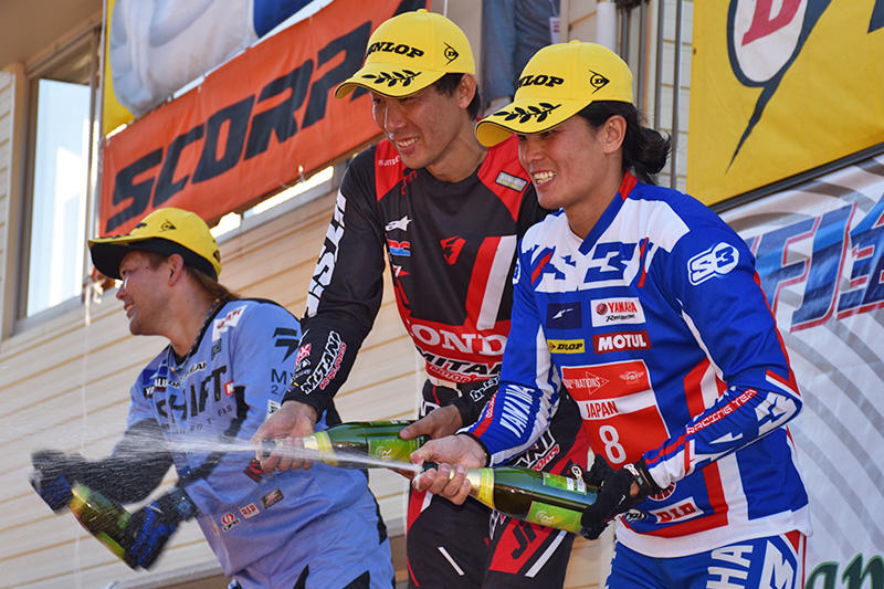 #3 野崎史高(左)が2位、#2 黒山健一(右)が3位で表彰台を獲得