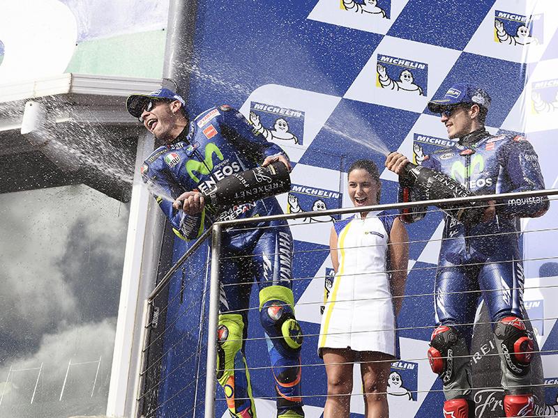 2位と3位でダブル表彰台を獲得したMovistar Yamaha MotoGPのV・ロッシ(左)とM・ビニャーレス